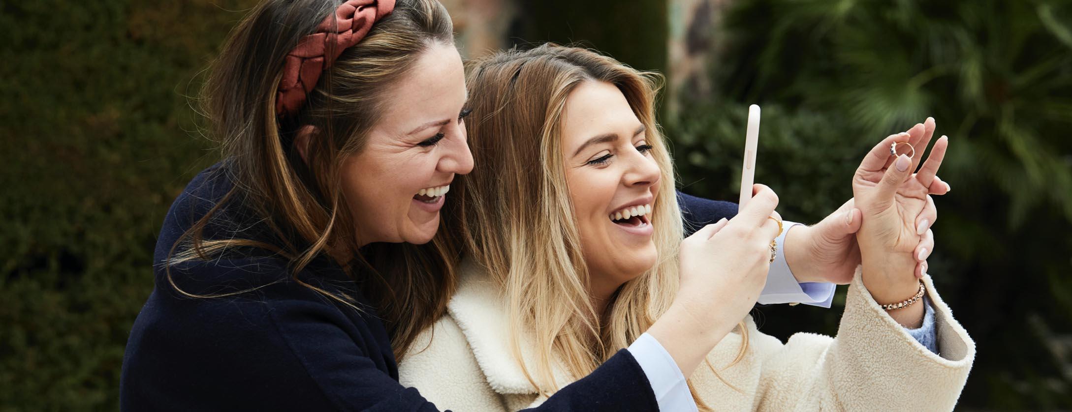 Carrie Elizabeth Jewellery friends take selfie