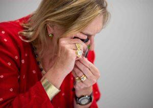 Joanna Hardy evaluates a Fuli Gemstones peridot at the judging for The Jewellery Cut Live bursary 2021